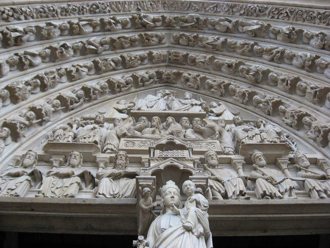 Discorreu sobre as gárgulas da Notre Dame debruçadas sobre Paris, em eterna vigília, as garras e os dentes afiados afastando os males daquele solo santo.