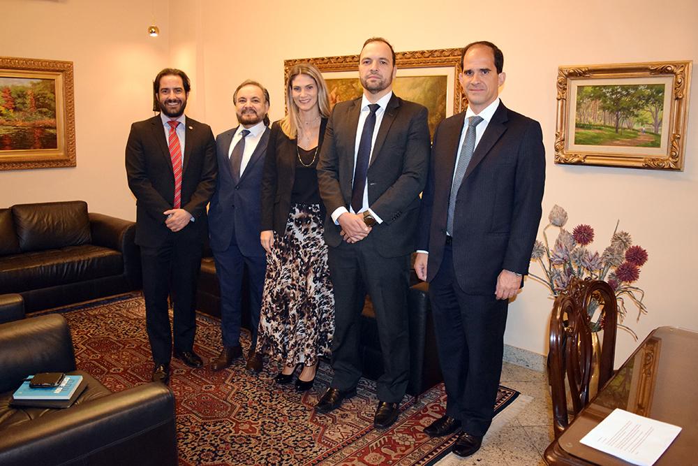 Professores recebem o palestrante Cairo Costa Duarte antes da palestra.