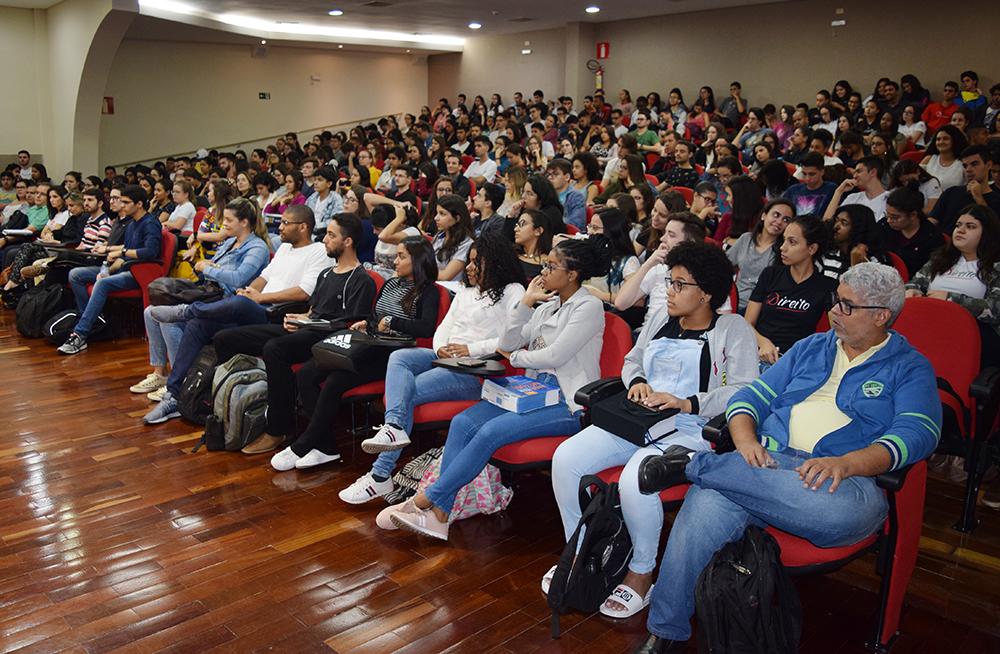 Alunos e professores acompanham palestra do professor Cairo Costa Duarte.