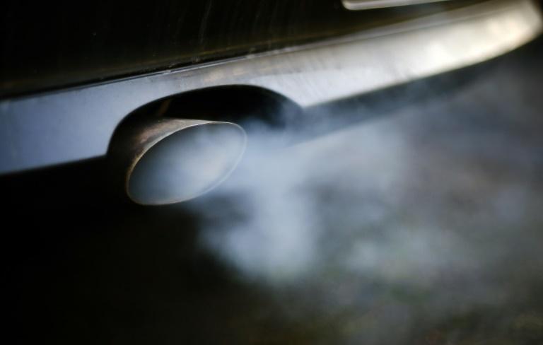 Para os caminhões, a norma, a primeira para este tipo de veículo, estabelece que deverão circular emitindo menos 15% dedióxido de carbono, até 2025, e30%, até 2030, em relação aos níveis de 2019
