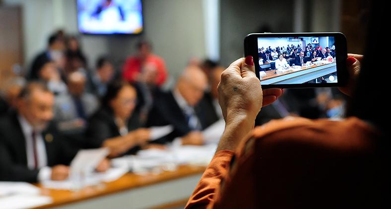 Os governos têm lutado para lidar com a implacabilidade do ciclo de notícias 24/7 e a instantaneidade das mídias sociais. (Pedro França/Agência Câmara)