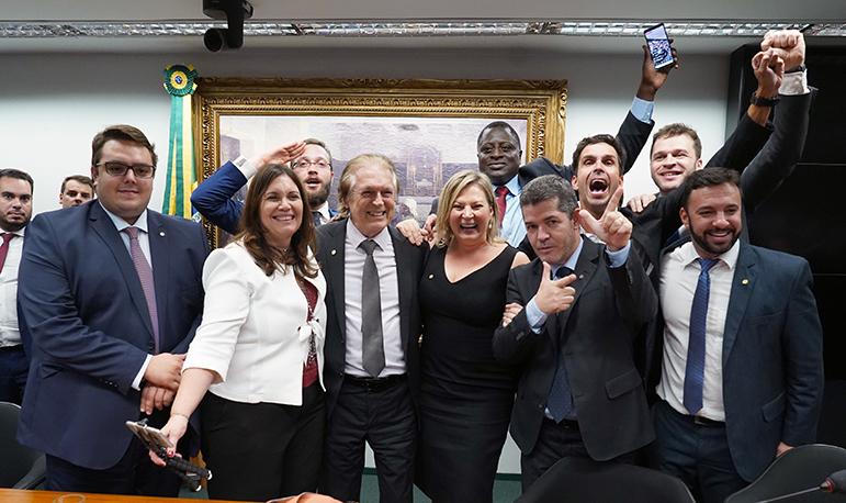 Após série de derrotas e bate-cabeça, deputados bolsonaristas comemoram vitória na tramitação da PEC.