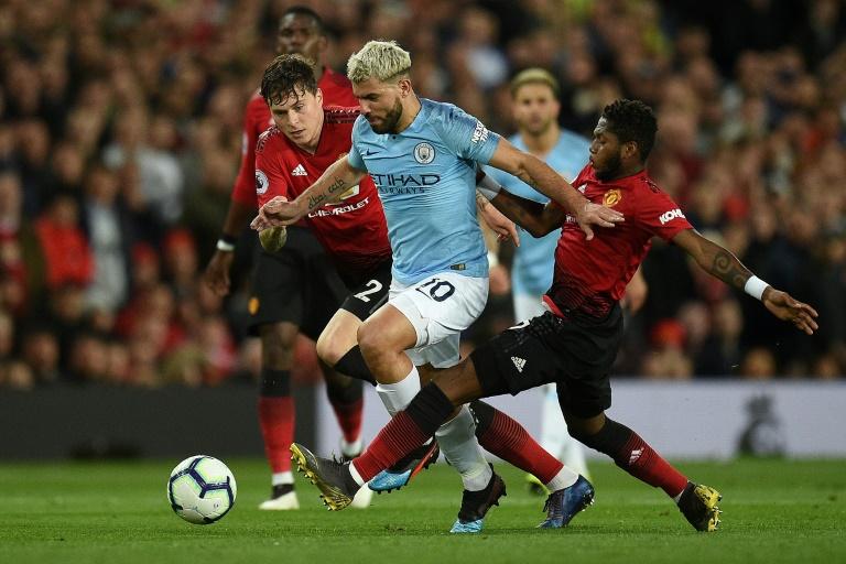 O atacante argentino do Manchester City, Sergio Aguero, em ação contra Victor Lindelof e Fred, do Manchester United, em Old Trafford