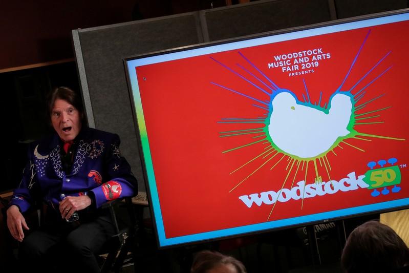 Os produtores do evento para celebrar os 50 anos de Woodstock não comentaram a decisão da Dentsu de cancelar o festival.