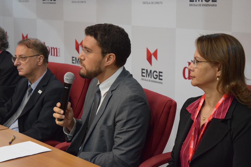 O Reitor da Escola de Engenharia de Minas Gerais, Franclim Brito, fez uma homenagem especial ao professor Michel Reiss.