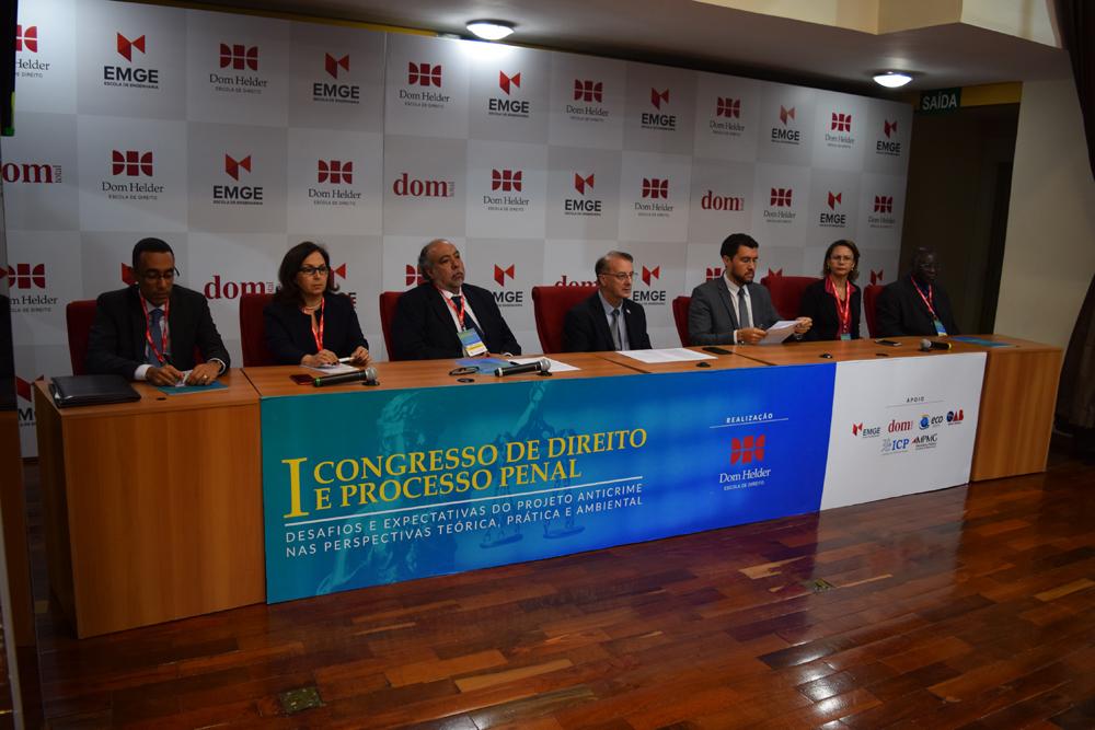 Fizeram parte da mesa solene do congresso o presidente do ICP, Gustavo Silva, a pró-reitora Beatriz Souza Costa, o diretor da faculdade de direito da UFMG, Hermes Guerreiro,