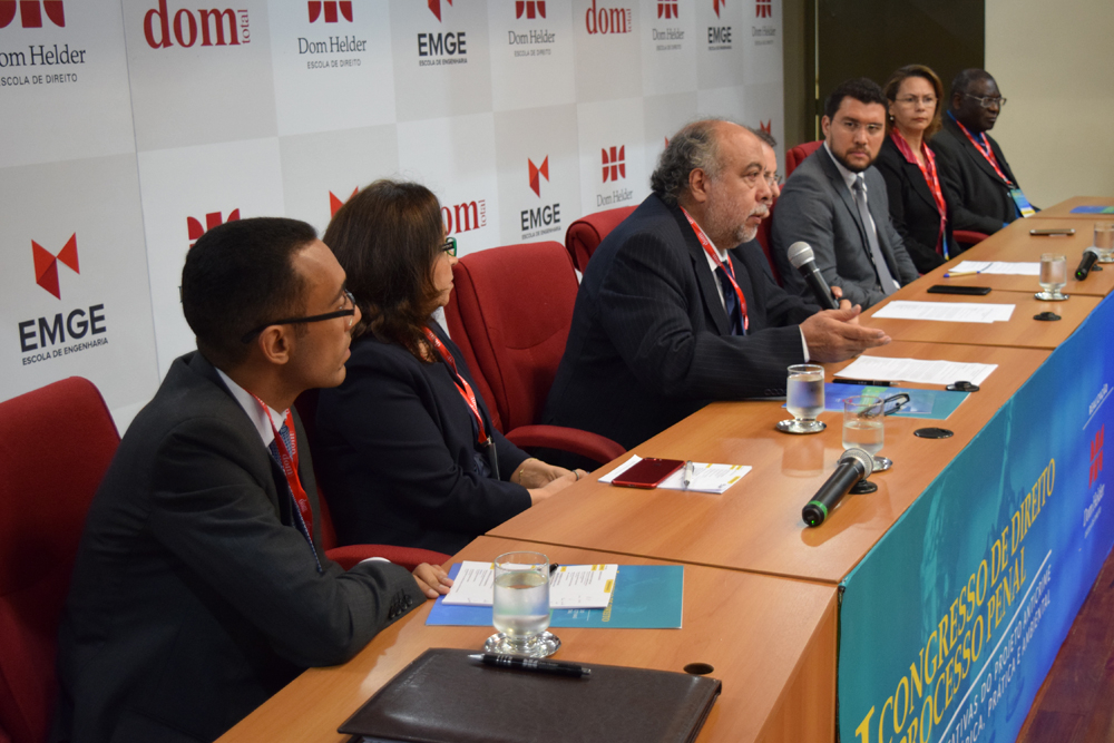 O diretor da faculdade de direito da UFMG, Hermes Guerreiro, parabenizou a iniciativa da Dom Helder em promover este evento