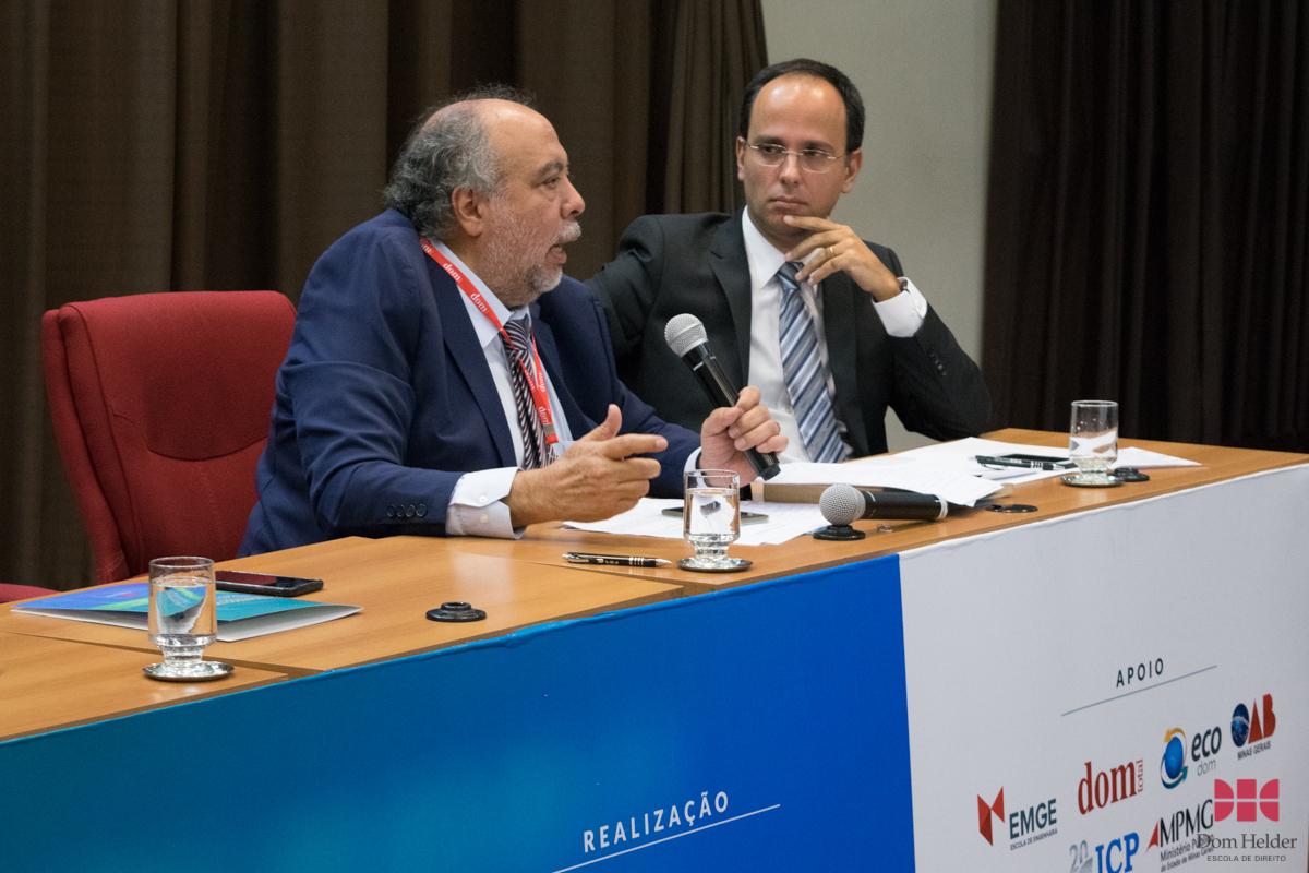 Prof. Dr. Hermes Guerrero, diretor da Faculdade de Direito da UFMG, na conferência 'O tratamento da legítima defesa no Projeto Anticrime'.