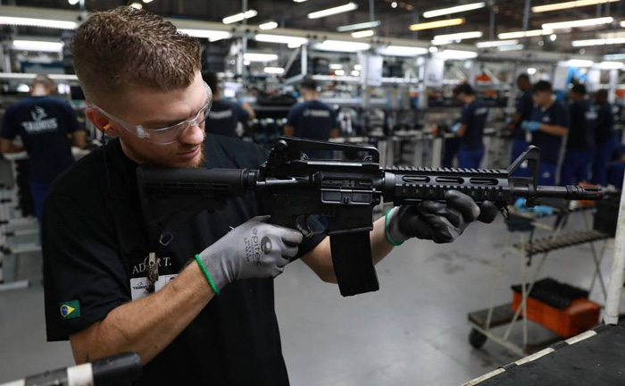 O Decreto 9.685/2019 alterou o prazo de renovação para as armas de uso permitido de cinco para 10 anos e para as armas de uso restrito de três para 10 anos.