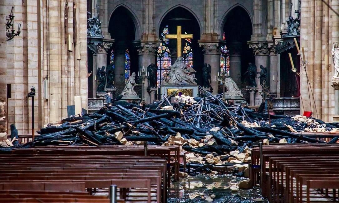 Destroços no interior da catedral de Notre Dame após o incêndio.