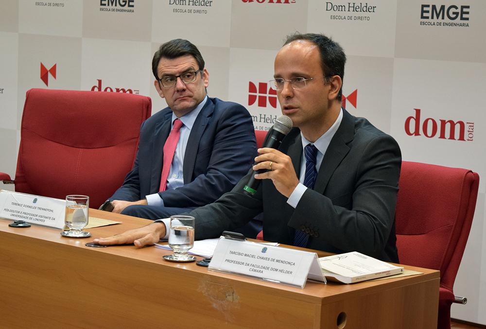 Professor Tarcísio Maciel ministra palestra sobre responsabilidade penal e minorias.