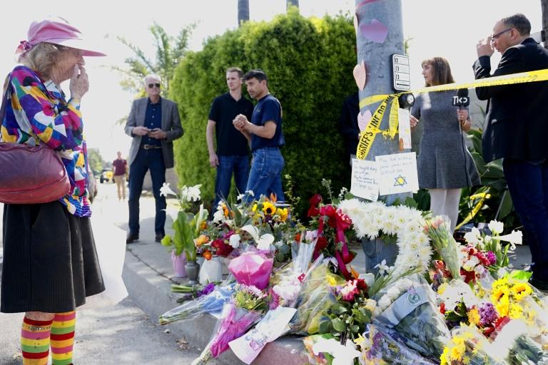 Amigos deixam flores em sinagoga de Poway, Califórnia
