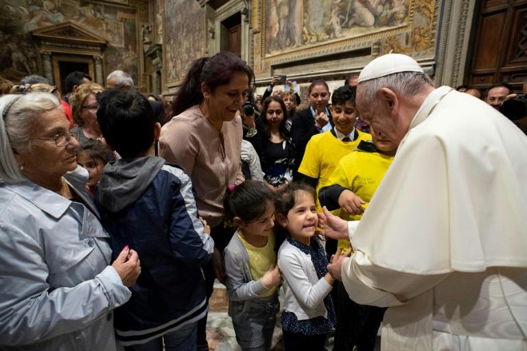 Papa Francisco cumprimenta membros da comunidade cigana