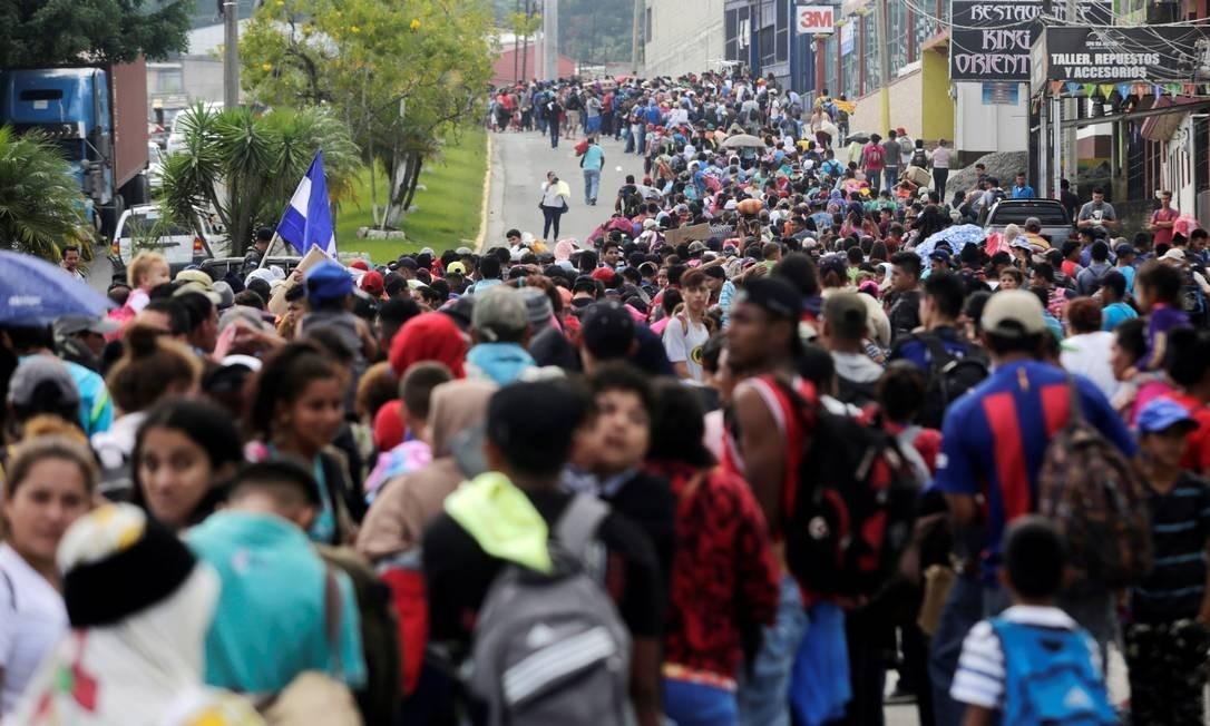 Em caravana, milhares de hondurenhos marcham rumo aos EUA