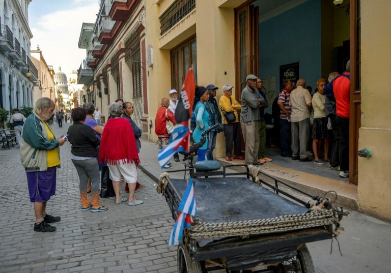 Dezenas de cubanos fazem fila para comprar alimentos, em 4 de abril de 2019, em Havana.