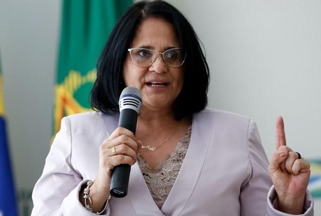 Ministra da Mulher, da Família e dos Direitos Humanos não vê problema em criança praticar tiros