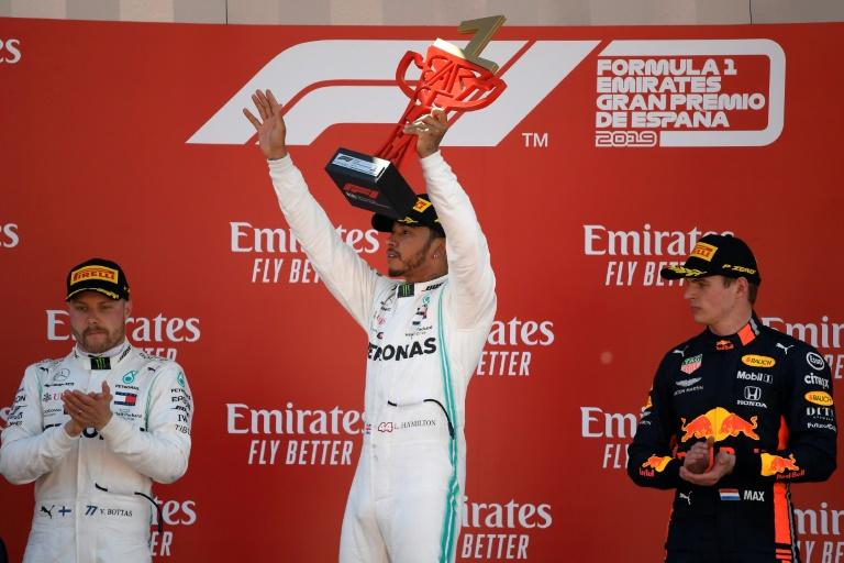 O britânico Lewis Hamilton comemora no pódio sua vitória no Grande Prêmio da Espanha de Fórmula 1, com Valtteri Botas e Max Verstappen