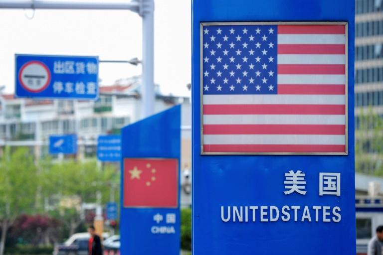 Placas com as bandeiras de EUA e China, respectivamente, no porto de Qingdao, na província chinesa de Shandong.
