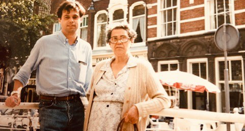 Lev Chaim e sua mãe em Delf, Holanda. (Arquivo pessoal)