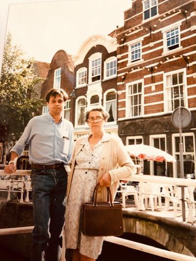 Lev Chaim e sua mãe em Delf, Holanda.