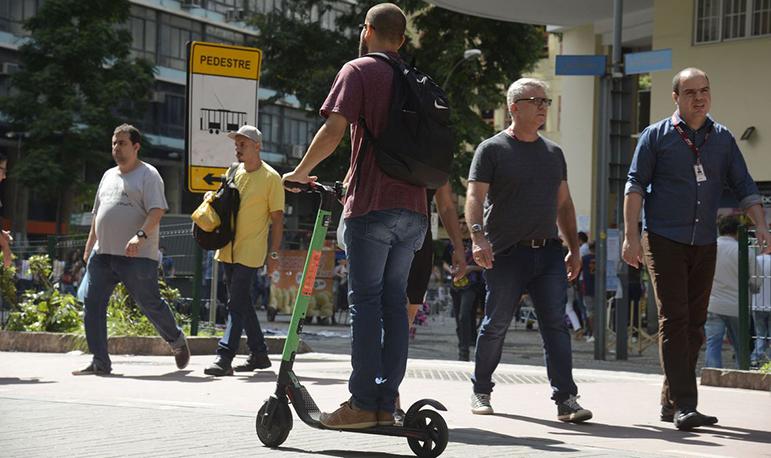 À espera de regulamentação específica, pouco se fala sobre os riscos que o aparelho representa para pedestres.
