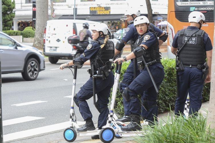 Uso de patinetes elétricos na ciclovia da Avenida Brigadeiro Faria Lima, em São Paulo
