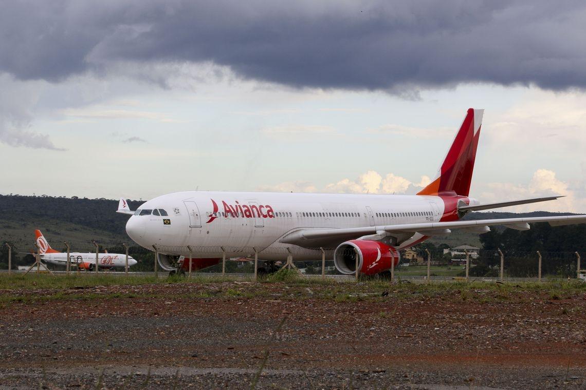 A oferta da Azul prevê a compra de 21 slots (autorizações de pouso e decolagem), que a Avianca detém atualmente no Aeroporto de Congonhas; 14, no Santos Dumont, e 7 no aeroporto de Brasília.