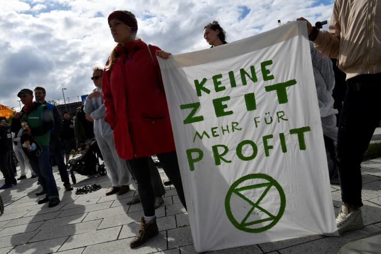 Militantes ecologistas se manifestam cntra a Volkswagen