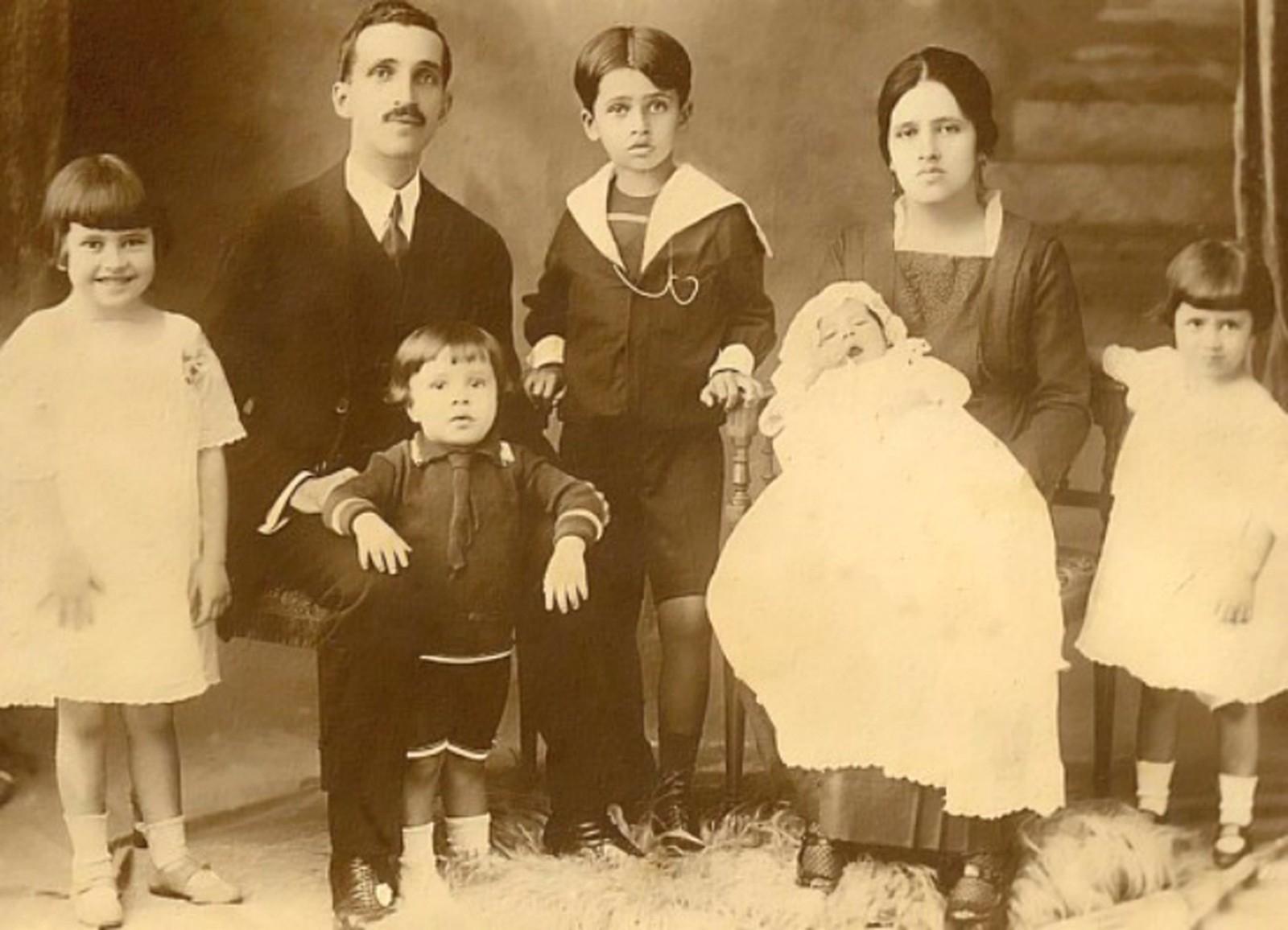 Irmã Dulce, ainda criança, à esquerda da foto, com a família.