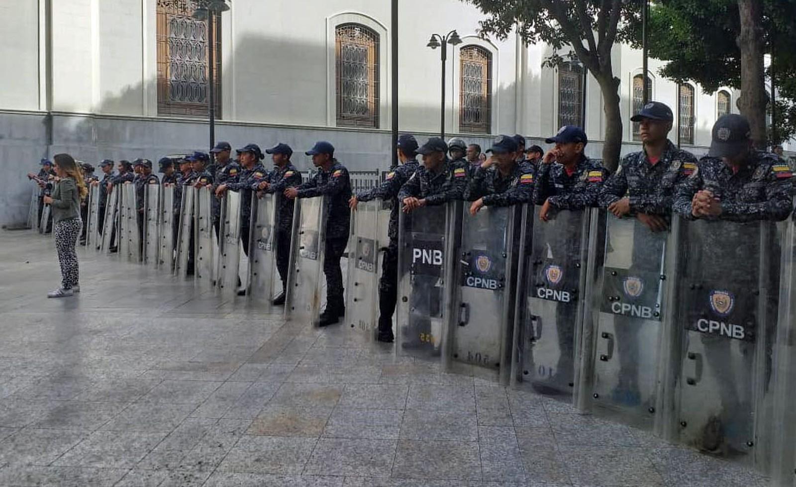 Soldados do governo de Maduro perto da Assembleia Nacional