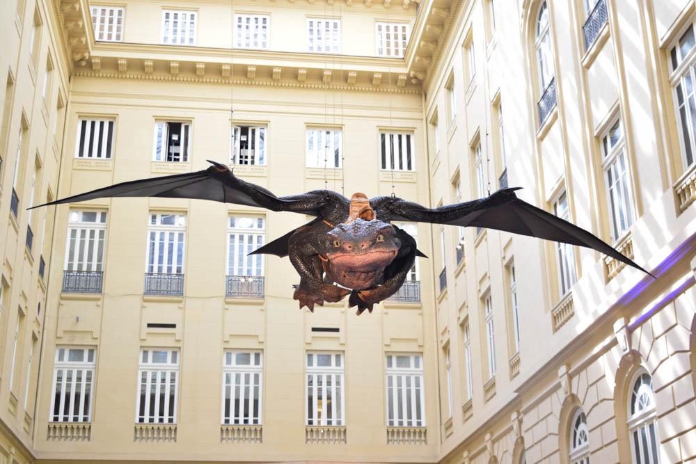 No páteo do CCBB-BH, o dragão do filme 'Como treinar seu dragão' (2010).