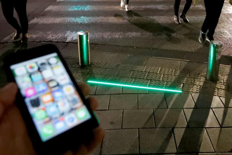 Luzes de LED instaladas para alertar os pedestres que usam mensagens de texto antes de cruzar a rua na cidade de Tel Aviv.