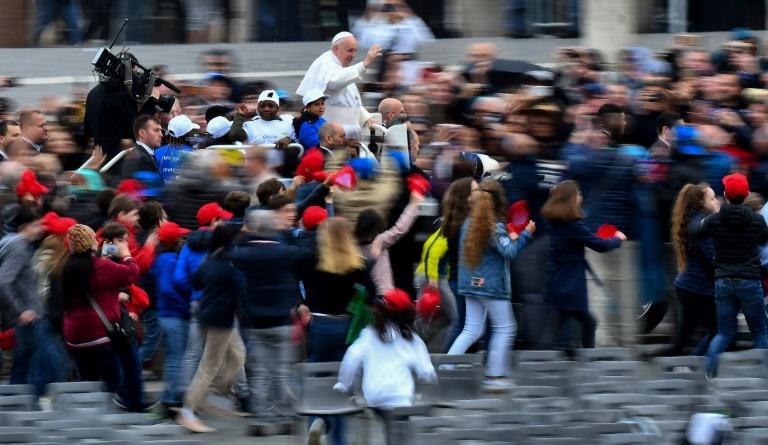 Papa Francisco percorre em papamóvel Praça São Pedro para audiência geral