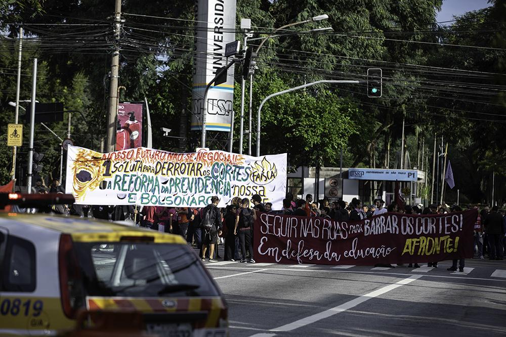 Estudantes fazem ato em frente à entrada principal da USP, zona oeste de São Paulo, na manhã desta quarta-feira (15).
