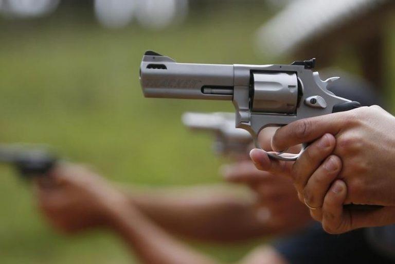 A validade por tempo indeterminado para certificados de registro de arma também é questionada.