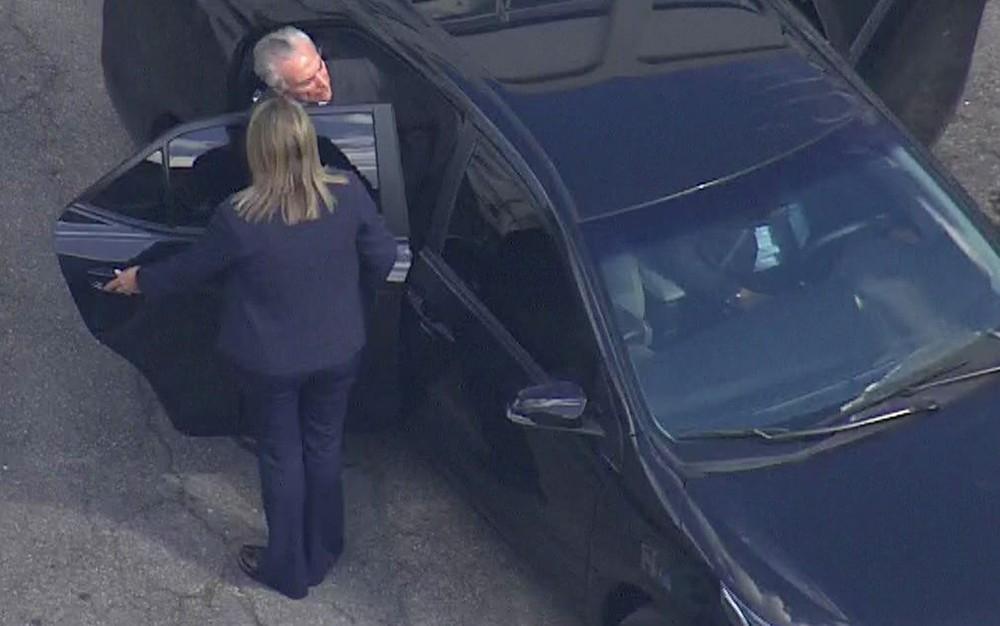 Michel Temer entra no carro para deixar batalhão onde ficou preso em São Paulo.