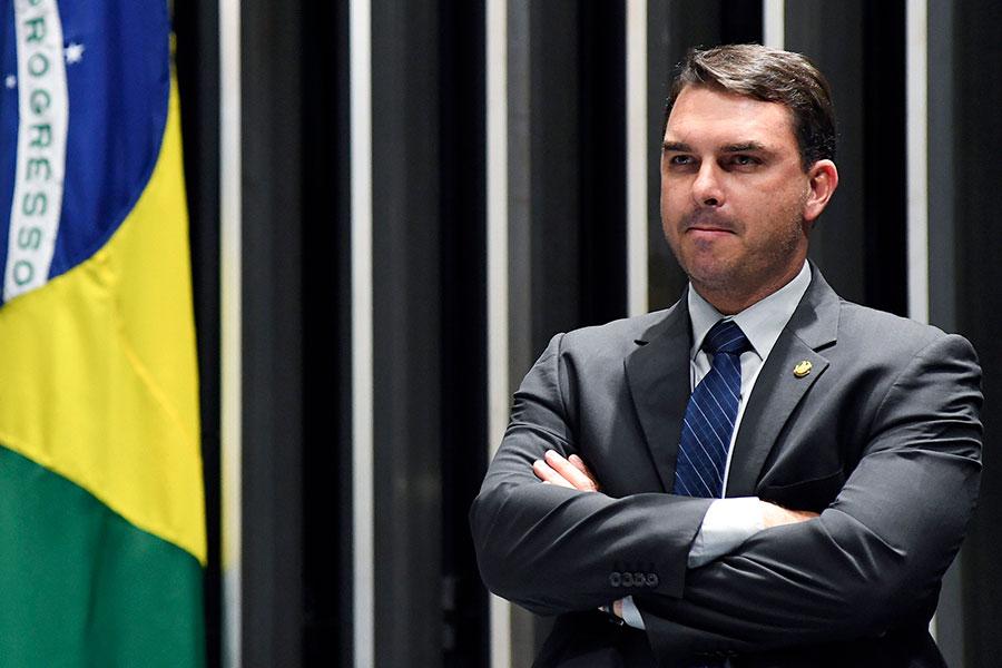 Flávio Bolsonaro e Fabrício Queiroz são alvos de Procedimento Investigatório Criminal do MP do Rio.