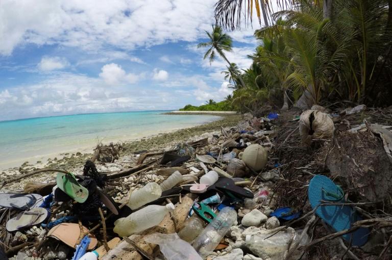 Resíduos plásticos em uma praia das Ilhas Cocos, em foto da Universidade da Tasmânia.