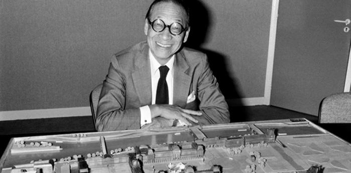 Ieoh Ming Pei em 27 de setembro de 1985 em Paris, à frente de uma maquete da pirâmide do Louvre.