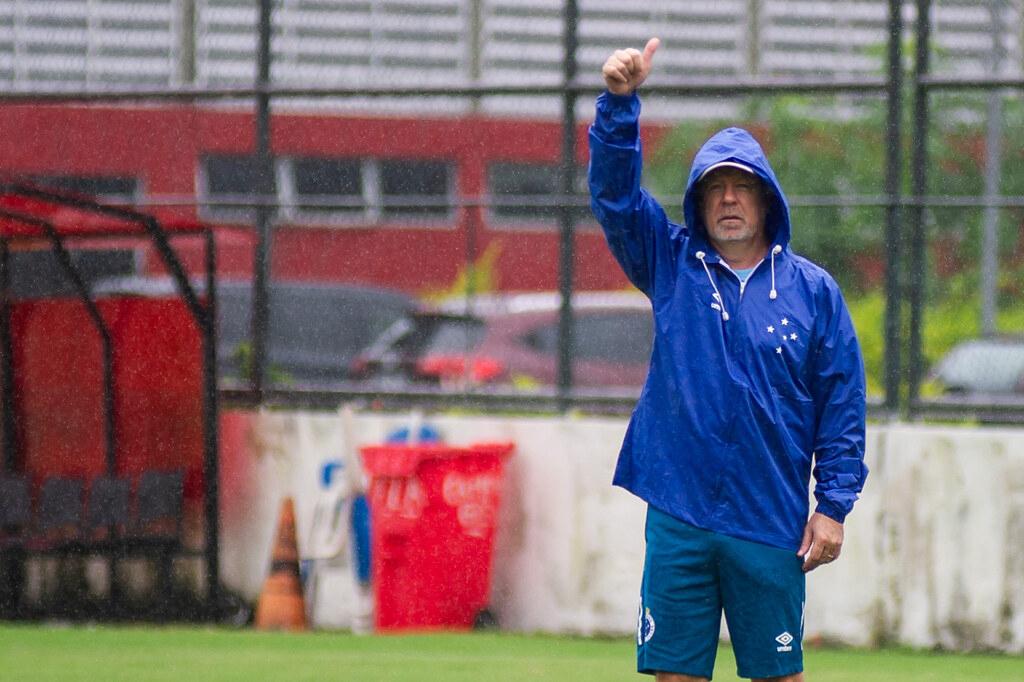 Mano Menezes deve revelar time titular do Cruzeiro momentos antes da partida