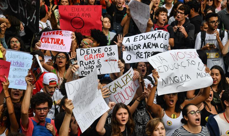 Decreto que dá poder a general para nomear reitores foi publicado no mesmo dia que milhões de estudantes foram às ruas protestar