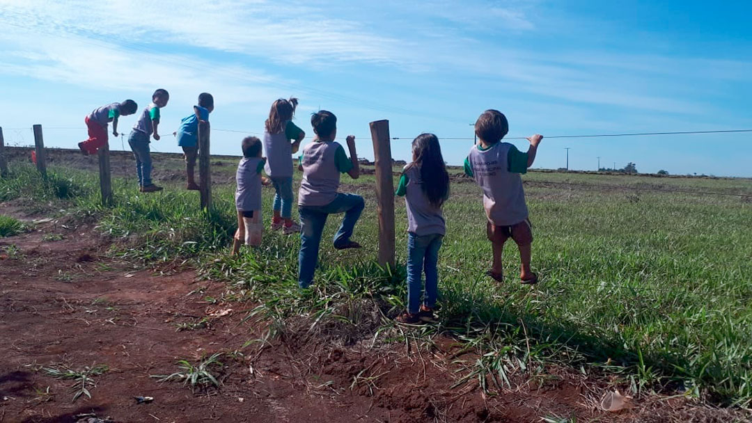 Proximidade de tratores atrai a curiosidade das crianças da aldeia e barulho atrapalha as aulas.