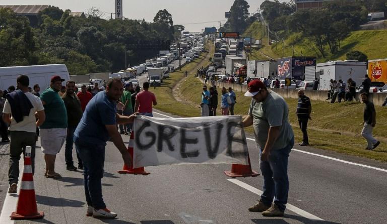 Os protestos foram iniciados por caminhoneiros autônomos por causa da escalada do preço do óleo diesel, cuja política da Petrobrás previa aumentos semanais.
