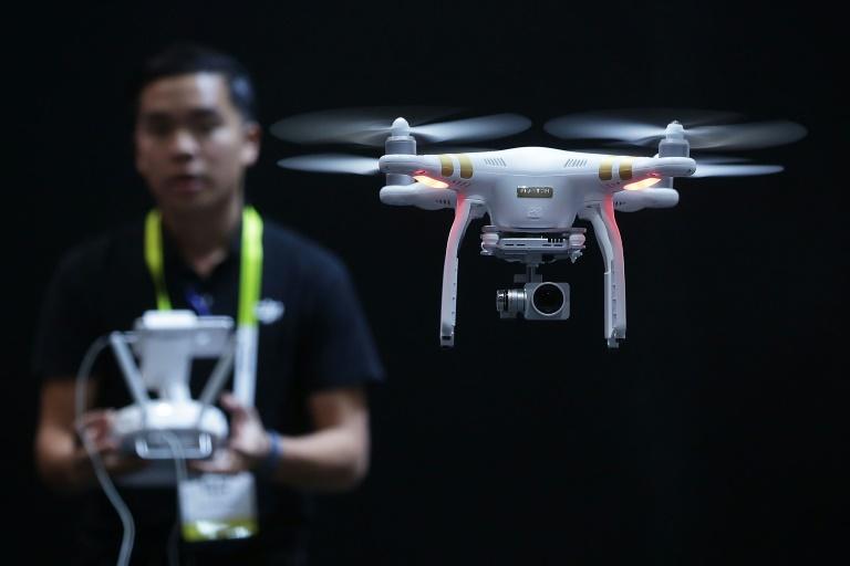 Funcionário da DJI faz demonstração com drone em Las Vegas, em 7 de janeiro de 2016.