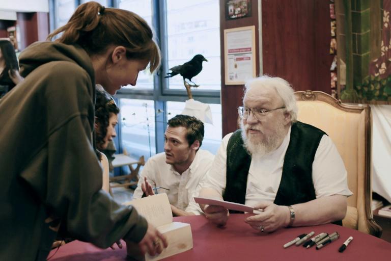 George R.R. Martin dá autógrafos em Dijon, França, em 2014