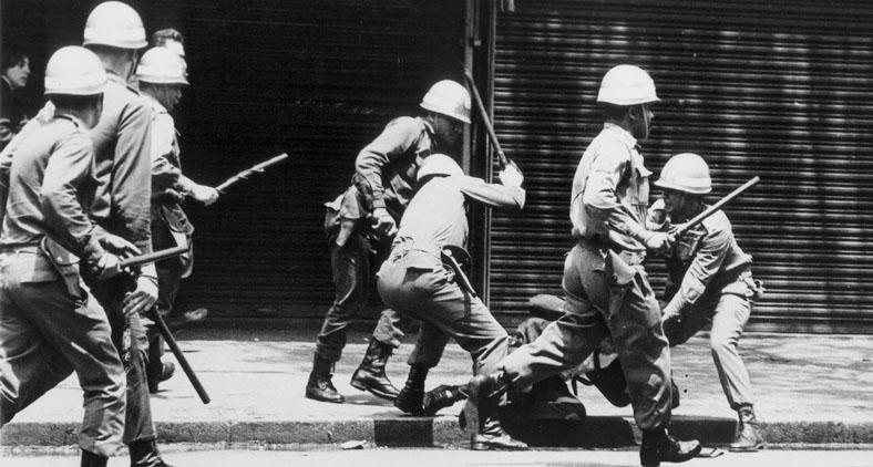 Contou que, numa certa manhã de dezembro de 1968, corria pelas ruas do centro de Belo Horizonte fugindo da polícia.