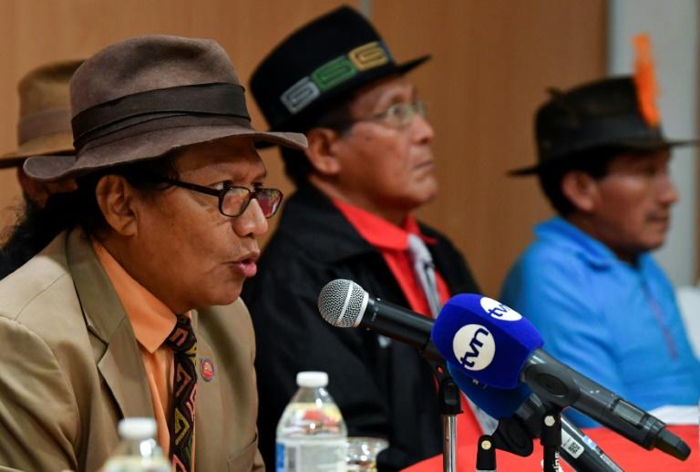 Advogado representante dos indígenas da província Guna Yala, Aresio Valiente (E), durante coletiva de imprensa na Cidade do Panamá em 21 de maio de 2019.