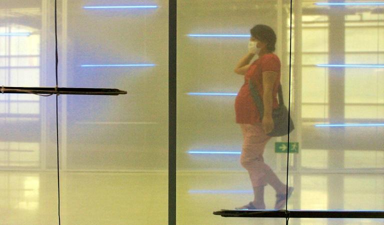 A China proibiu exames de sangue de gestantes para conhecer o sexo do feto, com o objetivo de evitar abortos seletivos, mas surgiram práticas médicas ilegais, como enviar amostras de sangue para Hong Kong.