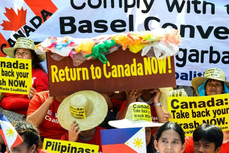 Ambientalistas filipinos da coalizão EcoWaste protestam no exterior da embaixada do Canadá em Manila no dia 21 de maio de 2019, para pressionar a Ottawa para que acelere o envio do lixo