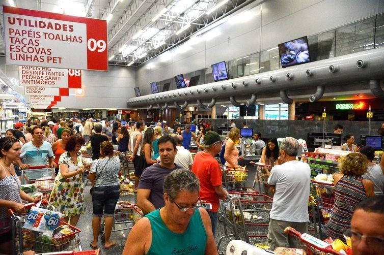Consumidores se mostram mais cautelosos quando vão ao comércio.